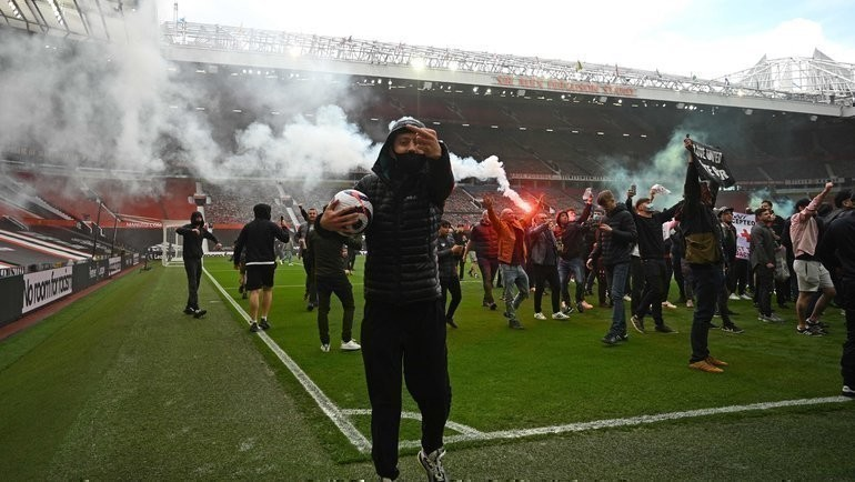 2 мая. Манчестер. «Манчестер Юнайтед» — «Ливерпуль». Болельщики «МЮ» на стадионе «Олд Траффорд».