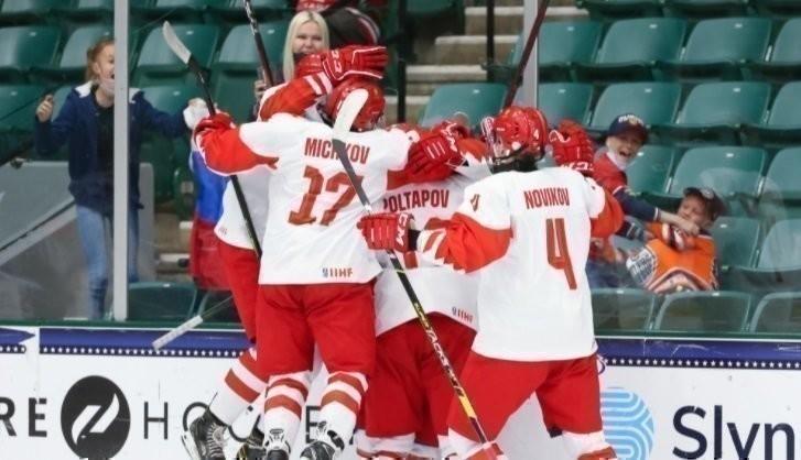 Сборная России вполуфинале ЮЧМ против Финляндии. Фото IIHF