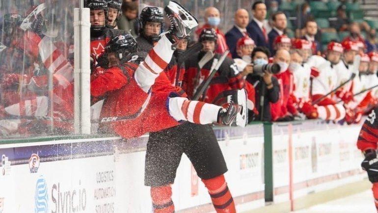7мая. Фриско. Канада U18— Россия U18— 5:3. Силовой прием канадского хоккеиста. Фото ИИХФ