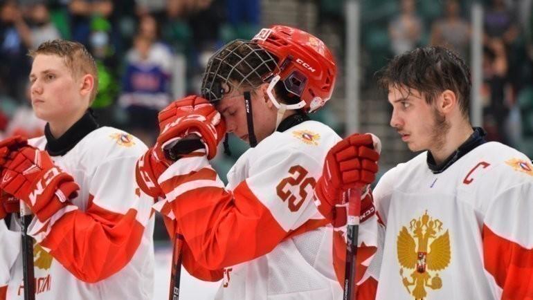 Хоккеисты юниорской сборной России после поражения отКанады вфинале ЮЧМ. Фото IIHF