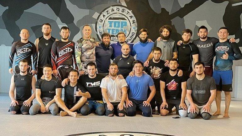 Верхний ряд: Мансур Учакаев (пятый слева) иЗабит Магомедшарипов (четвертый справа). Фото Instagram