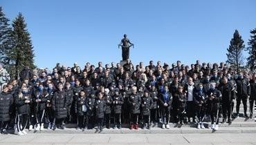 Футболисты «Зенита» посетили Пискаревский мемориал в День Победы