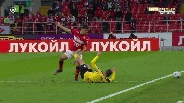 Максим Глушенков бьет Айртона левой ногой вобласть паха.