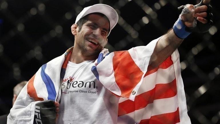 Боец UFC выходит напоединки под флагом нестраны, адревнего народа. Его новый соперник— Фергюсон