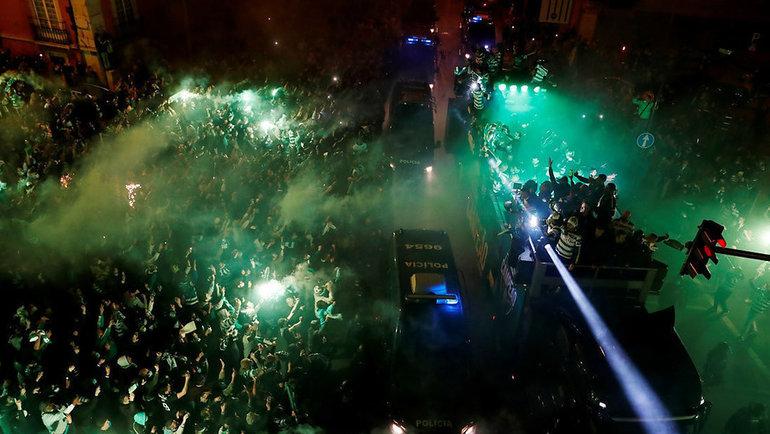 12мая. Лиссабон. Автобус сфутболистами «Спортинга» вокружении фанатов.