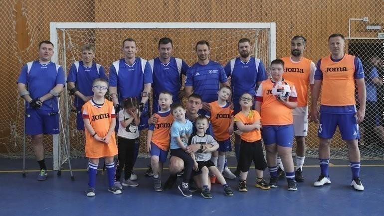 Самедов, Каряка, Сычев сыграли вфутбол сдетьми сОВЗ. Фото РФС
