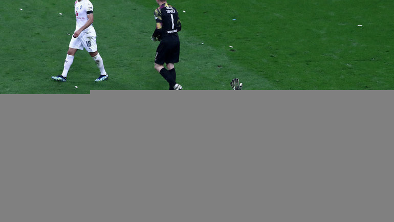 Голкипер «Локомотива» Гильерме успокивает болельщиков вовремя финального матча. Фото Дарья Исаева, «СЭ» / Canon EOS-1D X Mark II