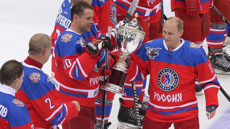 Владимир Путин (справа) скубком Ночной хоккейной лиги. Фото photo.khl.ru