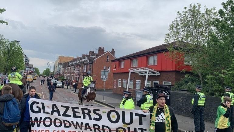Болельщики «Манчестер Юнайтед» несут баннер стребованием обуходе семьи Глейзеров изклуба. Фото https://twitter.com/RobHarris