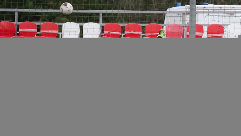 Александр Радионов (в зеленом) забивает гол. Фото Федор Успенский, «СЭ» / Canon EOS-1D X Mark II