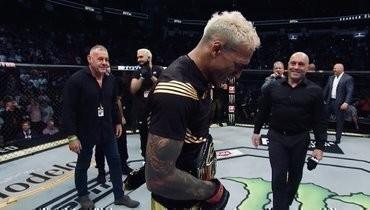Эмоциональное празднование Оливейры после завоевания титула UFC: выпрыгнул изклетки инашел Дану Уайта