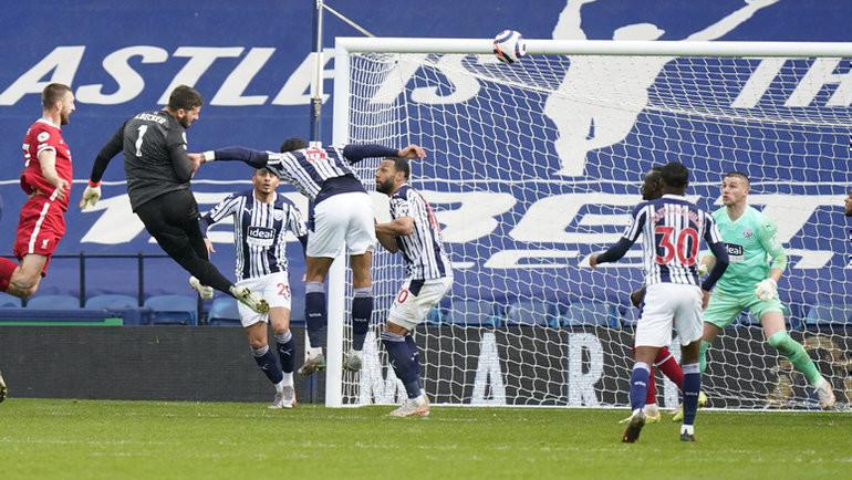 Алиссон (вчерном) отправляет мяч вворота «Вест Бромвича». Фото AFP