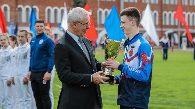 Вячеслав Фетисов награждает юных спортсменов.