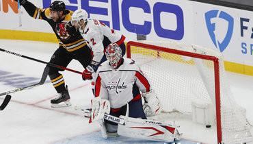 Нападающий «Бостона» Крэйг Смит (слева) забросил победную шайбу после несогласованных действий игроков «Вашингтона»: вратаря Ильи Самсонова изащитника Джастина Шульца (№2).