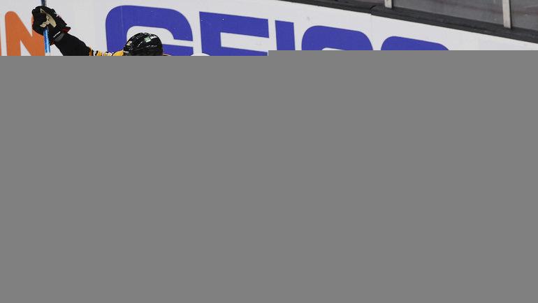 Нападающий «Бостона» Крэйг Смит (слева) забросил победную шайбу после несогласованных действий игроков «Вашингтона»: вратаря Ильи Самсонова изащитника Джастина Шульца (№2). Фото Winslow Townson, USA Today Sports