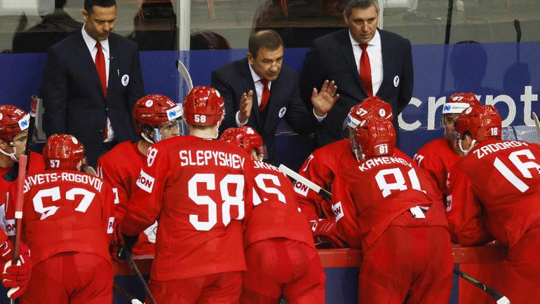 21мая. Рига. Россия— Чехия— 4:3. Валерий Брагин беседует схоккеистами. Фото Reuters
