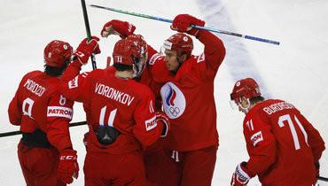 21мая. Рига. Россия— Чехия— 4:3. Антона Бурдасова поздравляют спервой шайбой наЧМ.