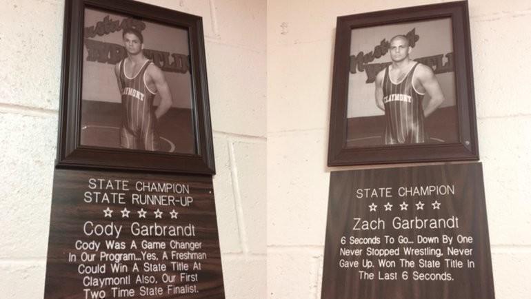 Почетные рамки вчесть братьев Гарбрандт настенах Claymont High School. Фото bleacherreport.com