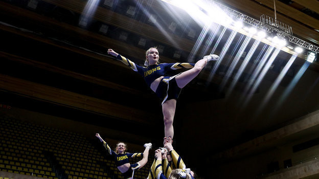 Девушки-черлидерши во время выступления. Фото Дарья Исаева, «СЭ» / Canon EOS-1D X Mark II