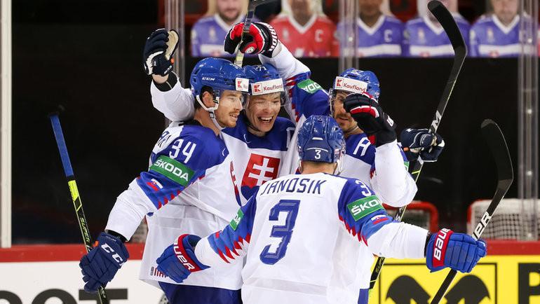 24мая. Рига. Словакия— Россия— 3:1. Игроки словацкой сборной празднуют заброшенную шайбу вворота россиян. Фото IIHF