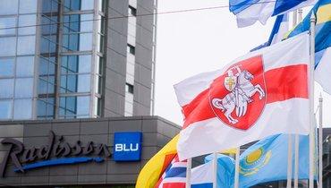 Бело-красно-белый флаг вцентре Риги.