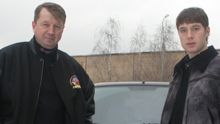 Сергей Гимаев-младший (справа) сотцом. Фото Владимир Беззубов, photo.khl.ru