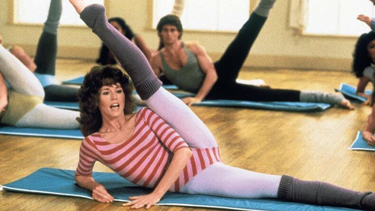 Джейн Фонда была главной звездой фитнес-бума 1980-х годов. 40 лет назад она выпустила «Книгу разработок Джейн Фонды» супражнениями, чуть позже видеокурс тиражом более 17 млн копий. 83-летняя актриса исейчас активно занимается спортом, очем свидетельствуют видео вееTikTok.