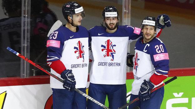 Лиам Керк (в центре) с партнерами по сборной Полом Суиндлхерстом и Джонатаном Филлипсом.. Фото Reuters