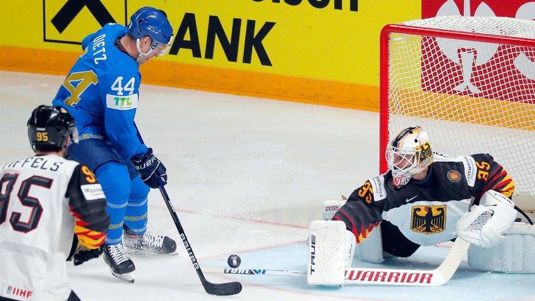 Даррен Диц против голкипера сборной Германии Матиаса Нидербергера. Фото AFP