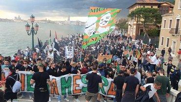 Президент «Венеции» после выхода команды всерию Апрыгнул водин изканалов города