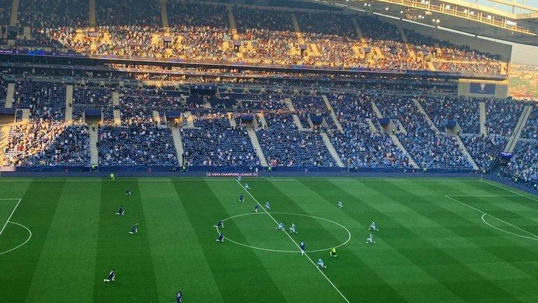 Команды исудьи преклонили колени перед финалом Лиги чемпионов «Ман Сити»— «Челси». Фото twitter.com/RobHarris/