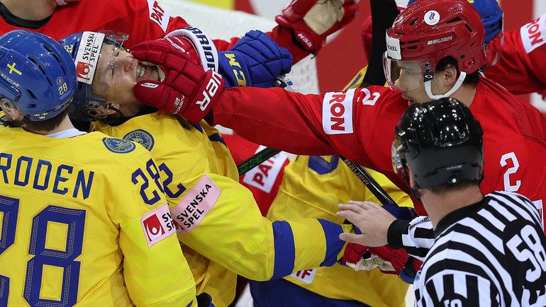 31мая. Рига. Россия— Швеция— 3:2Б. Артем Зуб наносит удар Максу Фрибергу.