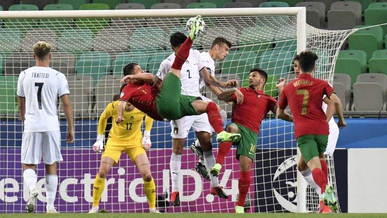 Дани Мота забивает вворота молодежной сборной Италии. Фото AFP