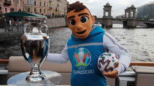Кубок чемпионов Европы имаскот Евро-2020 вСанкт-Петербурге. Фото Reuters