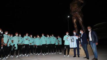 Перед матчем Аргентина— Чили была открыта статуя вчесть Марадоны