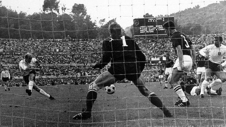 1968 год. Бобби Чарльтон забивает гол вворота сборной СССР вматче за3-е место. Фото ТАСС
