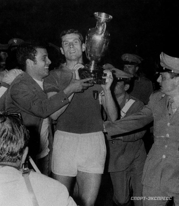 1968 год. Факкетти Джачинто скубком чемпионов. Фото -