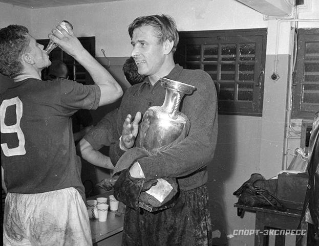 1960 год. Лев Яшин вчемпионской раздевалке после финального матча. Фото -