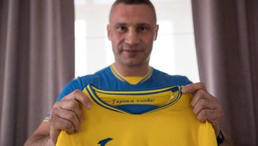 Виталий Кличко сфотографировался вновой форме сборной Украины