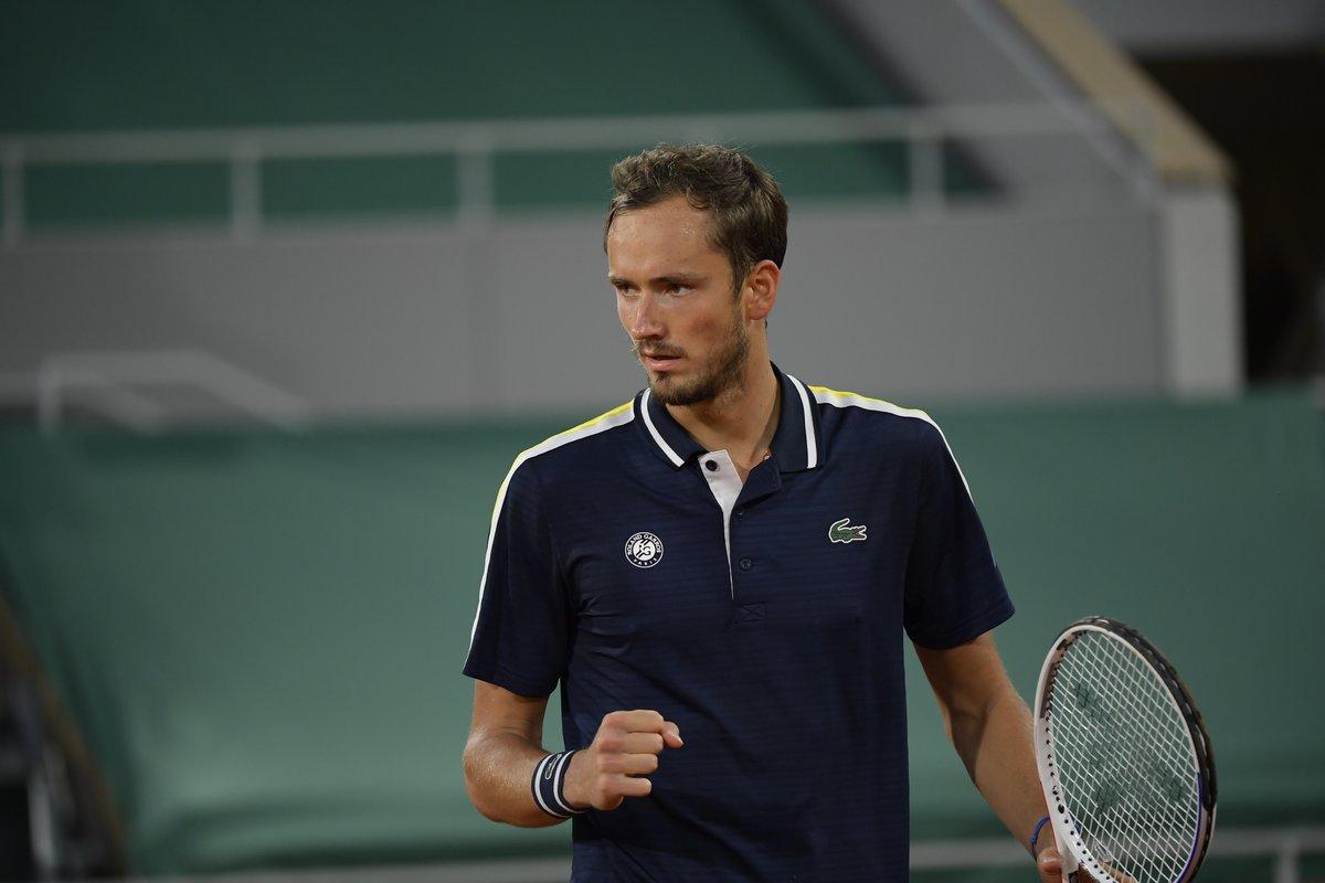 Медведев попрощался сПарижем. Даниил проиграл вчетвертьфинале «Ролан Гаррос»