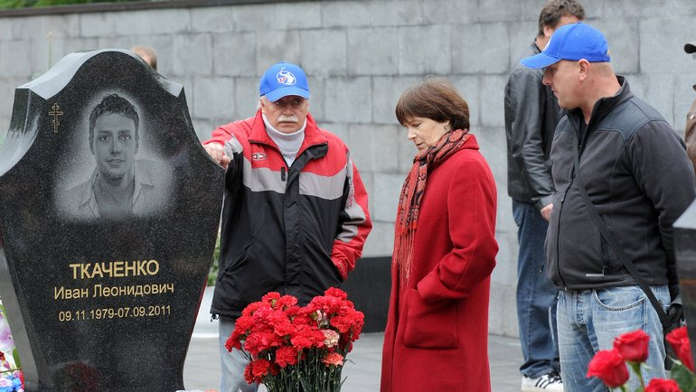 Родители Ивана Ткаченко намогиле сына. Фото Владимир Беззубов, photo.khl.ru