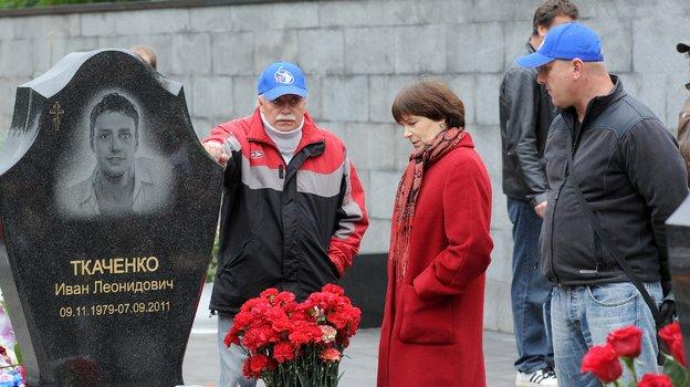 Родители Ивана Ткаченко на могиле сына. Фото Владимир Беззубов, photo.khl.ru