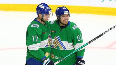 Нападающие «Салавата» Теему Хартикайнен (№70) иМаркус Гранлунд (№60).