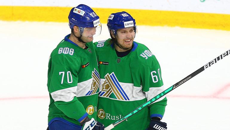 Нападающие «Салавата» Теему Хартикайнен (№70) иМаркус Гранлунд (№60). Фото photo.khl.ru