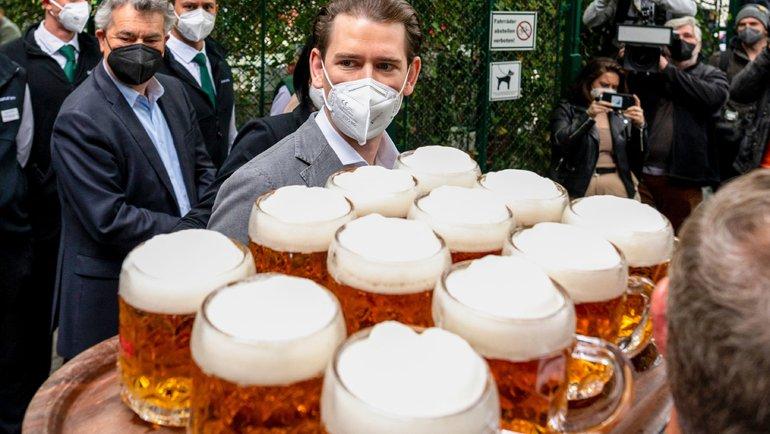 Кружки спивом. Фото AFP