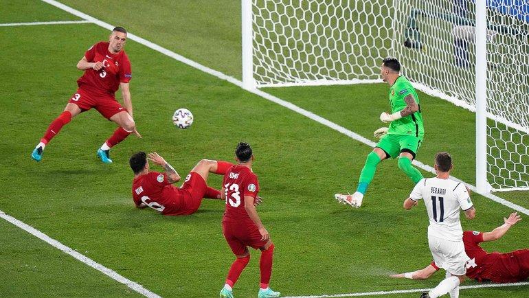11июня. Турция— Италия. Демирал забивает всвои ворота. Фото AFP