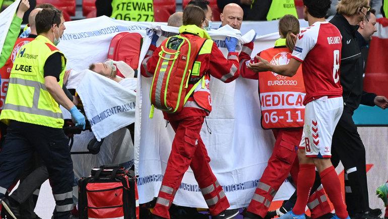 Кристиана Эриксена унесли заширмой под аплодисменты публики. Фото AFP