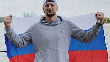 Александр Волков— офото сфлагом России: «Кормит меня мой труд, анеАмерика»