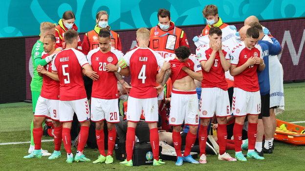 12июня. Копенгаген. Дания— Финляндия— 0:1. Игроки сборной Дании закрыли Кристиана Эриксена отвзглядов посторонних. Фото Reuters