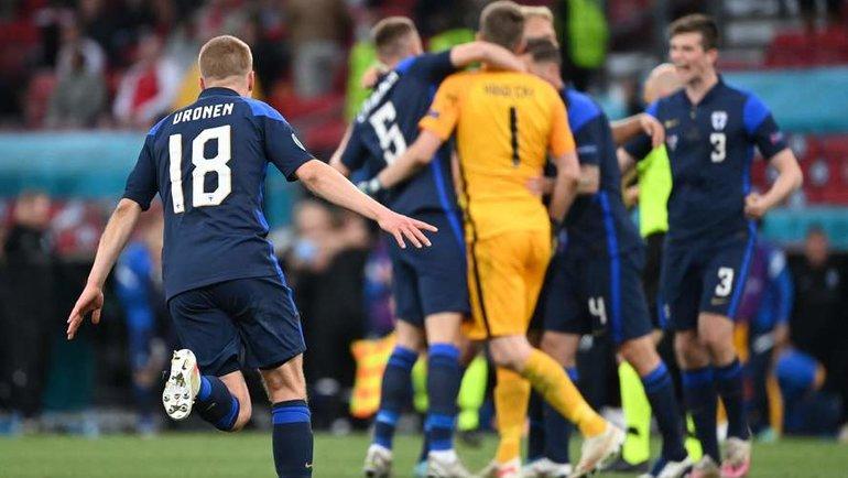 12июня. Копенгаген. Сборная Финляндии празднует победу над Данией. Фото AFP